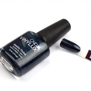 Лак CND Vinylux Weekly Polish 131 Midnight Swim темный синий с сияюще-голубым отливом, 15 мл